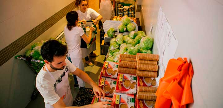Manipular alimentos,  en un comedor social.